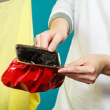 Mensch mit leerem Geldbörsengeldbeutel Frustrierte junge Frau, die ihren leeren Geldbeutel bei der Stellung lokalisiert auf Weiß  Lizenzfreie Stockfotografie