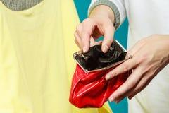 Mensch mit leerem Geldbörsengeldbeutel Frustrierte junge Frau, die ihren leeren Geldbeutel bei der Stellung lokalisiert auf Weiß  Stockbilder