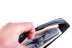 Mensch sortiert 100 USD-Rechnungen in einem schwarzen Geldbeutel mit der Hand Lokalisiert auf whi Lizenzfreie Stockfotografie