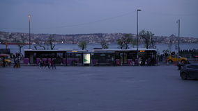 2017 Menschen Istanbuls Besiktas gehen auf quadratischen Bus und versenden Yachten auf Bosphorus-Meer stock video