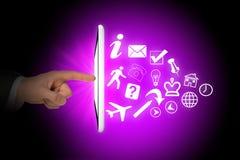 Menschenhände und -tablette mit Ikonen Lizenzfreie Stockfotografie