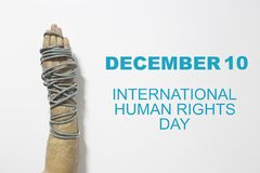 Menschenrechtskonzept: angeketteter Mann gegen den Text: Menschenrechtstag geschrieben auf Tafel Stockbilder