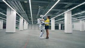 Menschlich ähnlicher Cyborg und eine Dame halten sich stock video footage