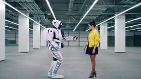 Menschlich ähnlicher Roboter ist Händchenhalten mit einem Mädchen stock video footage
