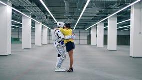 Menschlich ähnlicher Roboter und eine Dame umfassen stock video