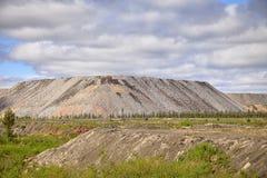 Menschlich-gemachte Hügel aus Boden von einem offenen Bergwerk heraus Lizenzfreie Stockfotos