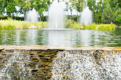 Menschlich-gemachter Wasserfall in einem Park Stockbilder
