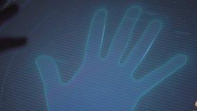 Menschlich wendet seine Hand an, um von der Palme auf Anzeige in der Dunkelkammer, Nahaufnahme zu umreißen stock video