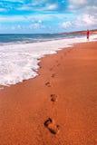 Menschliche Abdrücke auf dem Sand Stockbilder
