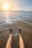 Menschliche Beine auf dem Wasser Stockbilder