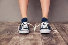 Menschliche Beine in den Turnschuhen Stockbilder