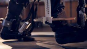 Menschliche Beine in der Robotermunition 4K stock video footage