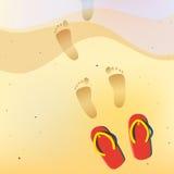 Menschliche bloße Abdrücke auf dem Sommersand setzen auf den Strand Lizenzfreie Stockfotografie
