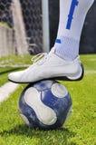 Menschliche Fahrwerkbein- und Fußballkugel Lizenzfreie Stockbilder