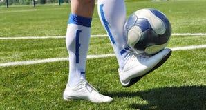 Menschliche Fahrwerkbein- und Fußballkugel Stockbild