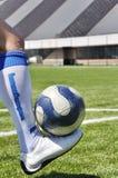 Menschliche Fahrwerkbein- und Fußballkugel Stockfoto