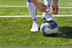 Menschliche Fahrwerkbein- und Fußballkugel Lizenzfreies Stockfoto