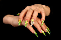 Menschliche Finger mit dem langen Fingernagel und schönem m Stockfoto