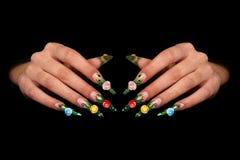 Menschliche Finger mit dem langen Fingernagel und schönem m Lizenzfreie Stockbilder