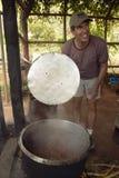 Menschliche Gesellschaft Hauptgeschäftsführer Officer, Wayne Pacelle, Lebensmittel des afrikanischen Elefanten wiederholend bei D Stockbild