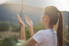 Menschliche Hände öffnen hohe Anbetung der Palme Christlicher Konzepthintergrund Stockfotos