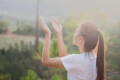 Menschliche Hände öffnen hohe Anbetung der Palme Christlicher Konzepthintergrund Lizenzfreies Stockfoto