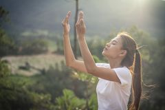 Menschliche Hände öffnen hohe Anbetung der Palme Christlicher Konzepthintergrund Lizenzfreie Stockfotografie