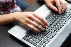 Menschliche Hände auf dem Laptoptastaturabschluß oben Stockfotos