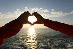 Menschliche Hände, die das Herz geformt machen Lizenzfreie Stockfotos