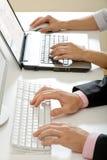 Menschliche Hände, die das menschliche Handschreiben schreiben Lizenzfreie Stockbilder