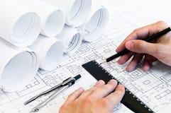 Menschliche Hände, die ein Projekt zeichnen stockbilder