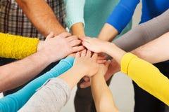 Menschliche Hände, die Einheit zeigen Lizenzfreie Stockfotografie