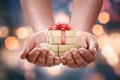 Menschliche Hände, die Geschenkbox für 26. Dezember halten Stockbild