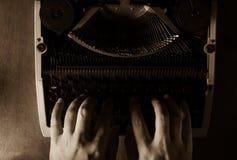 Menschliche Hände, die mit Schreibmaschine schreiben Stockbild