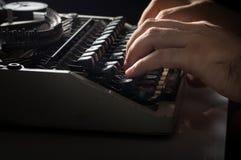 Menschliche Hände, die mit Schreibmaschine schreiben Stockfotografie