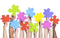 Menschliche Hände, die Puzzle-Verbindungs-Konzept halten Lizenzfreie Stockfotos