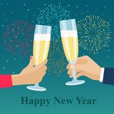 Menschliche Hände mit Gläsern mit Champagner Festliche Feuerwerke lizenzfreie abbildung