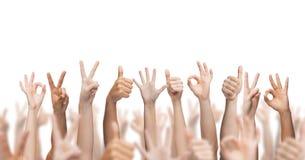 Menschliche Hände oben, o.k. und Friedenszeichen, die Daumen zeigen Stockfotos