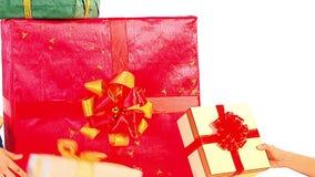 Menschliche Hände setzten Gruppe der Farbeweihnachtsgeschenkbox stock video