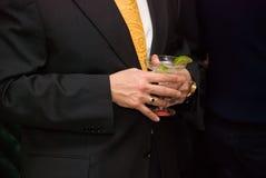 Menschliche Hände, welche die Gläser des Cocktails anhalten. Lizenzfreies Stockfoto