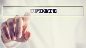 Menschliche Hand, die Aktualisierungs-Text in der Klarsichtschachtel zeigt Stockfotografie