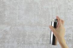 Menschliche Hand, die eine Graffiti Spraydose hält Lizenzfreie Stockfotos