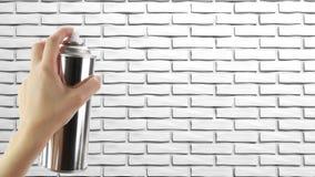 Menschliche Hand, die eine Graffiti Spraydose hält Stockfotografie