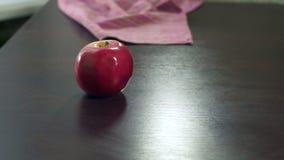 Menschliche Hand, die frische Äpfel auf Tabelle setzt Frische gesunde Frucht des organischen Apfels stock video