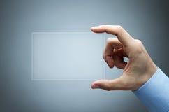 Menschliche Hand, die futuristische Visitenkarte anhält Stockfotografie
