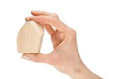 Menschliche Hand, die hölzernen Block anhält Stockbild