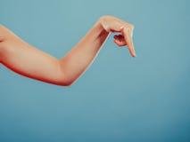 Menschliche Hand, die leeres leeres copyspace zeigt Stockfotografie