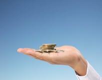 menschliche Hand, die Münze zum Geld setzt Lizenzfreies Stockbild