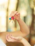 Menschliche Hand, die Schlüssel des neuen Hauses gibt Stockbilder
