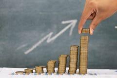 Menschliche Hand, die Wachstums-Einsparungsgeld des Münzengeldstapelschrittes wachsendes, Ablagerung nah von der Personenhand sta stockfotos